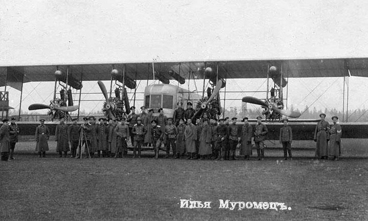 Самолет Илья Муромец на поле