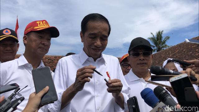 Jokowi Bantah Pulpen Jadi Alat Komunikasi di Debat: Pulpen Ini kan? Nih! Dibuka Aja