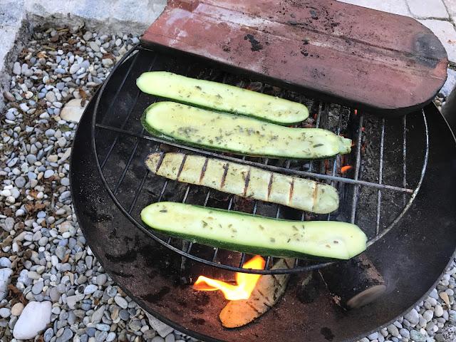 marinierte Zucchini grillen für die Gäste  (c) by Joachim Wenk