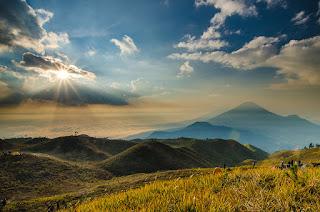 10 Gunung Terindah Indonesia Dengan Pemandangan Alam Yang Mempesona