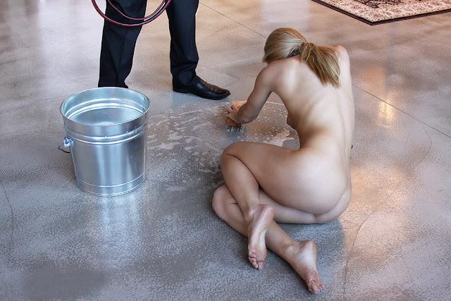 soumise nue travail humiliation sol laver nettoyage esclave