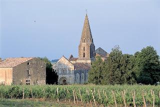 © Vue générale du village d'Avy et de son église au clocher à flèche de pierre. Photographe : Jean-Michel NOSSANT