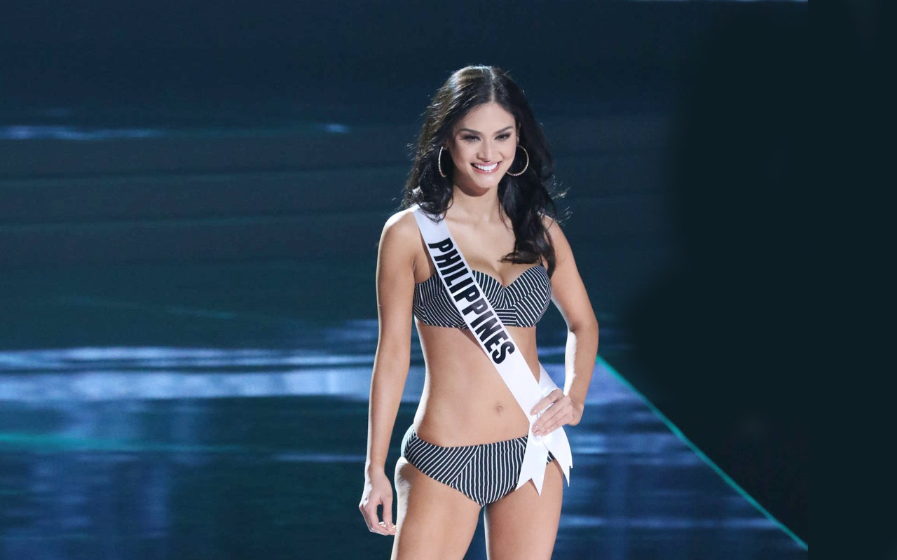 Miss universe accidentally moons the crowd when her dress gets caught