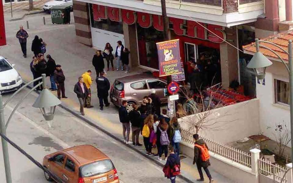 Αυτοκίνητο εισέβαλε μέσα σε σούπερ μάρκετ στη Χαλκιδική - μια τραυματίας