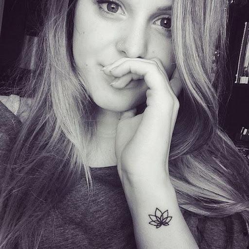 Pequena Tatuagem de Lótus no Braço para Meninas
