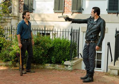 Negan vuole provare il funzionamento di un delle pistole di Alexandria