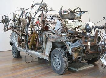 Escultura extraña de auto  fuera de lo común