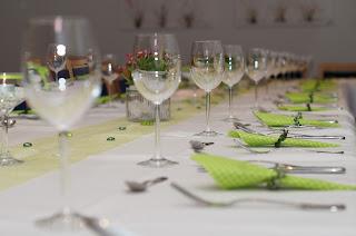 Immagine libera e per usi commerciali tratta dal web di una tavolata imbandita per gli ospiti