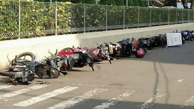 Jangan sembarangan parkir motor.