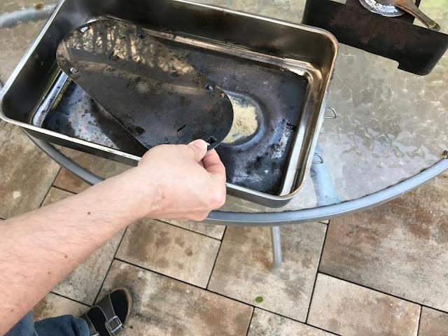 Karpfen räuchern : Sägemehl mit Blechhaube abdecken (c) by Joachim Wenk