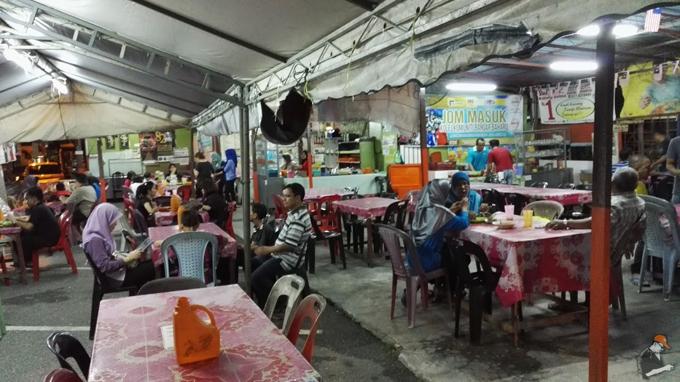 Kedai Pak Mat Kerang setiasa ramai dengan pengunjung setiap malam Ramadhan