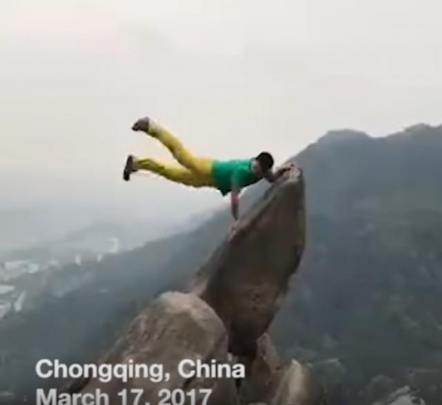 Chino cae de un precipicio al tratar tomar la foto perfecta