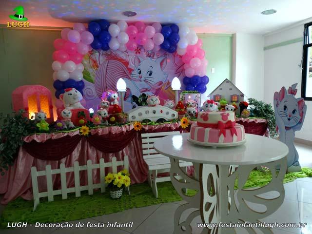 Decoração festa de aniversário tema Gata Marie em mesa de tecido