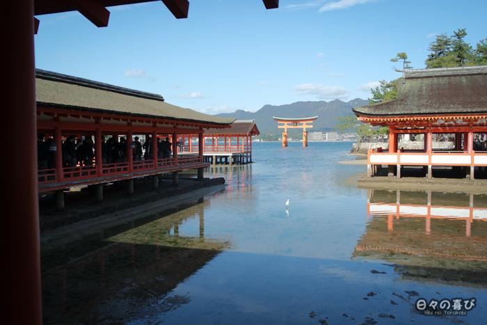 Vue sur le torii flottant depuis le sanctuaire Itsukushima, Miyajima, Hiroshima-ken