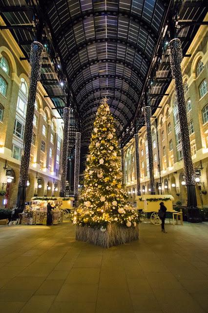 Albero di Natale nella Hay's Galleria-Londra