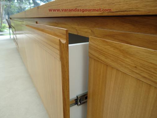 Balcão refrigerado com 2 portas em madeira natural envernizada + complementos.