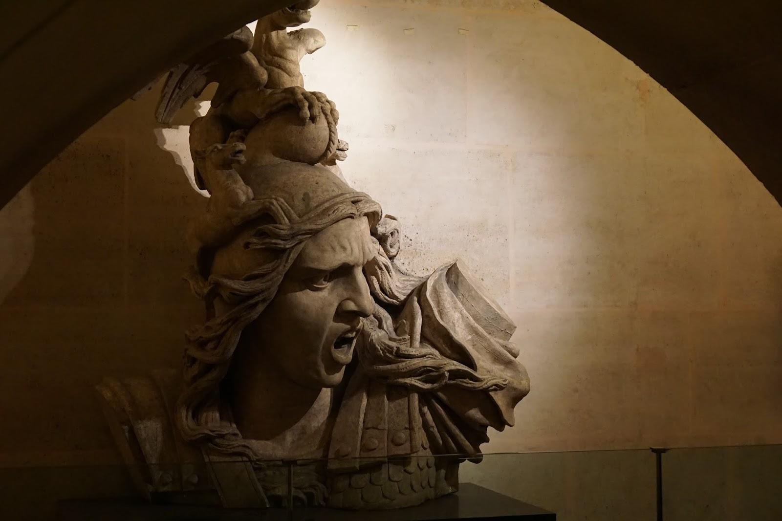 エトワールの凱旋門(Arc de triomphe de l'Étoile) 勝利の女神ニケのレプリカ