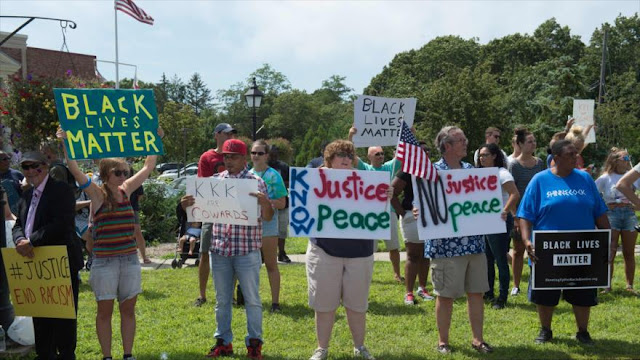 Marchan en EEUU contra racismo pese a advertencia de KKK