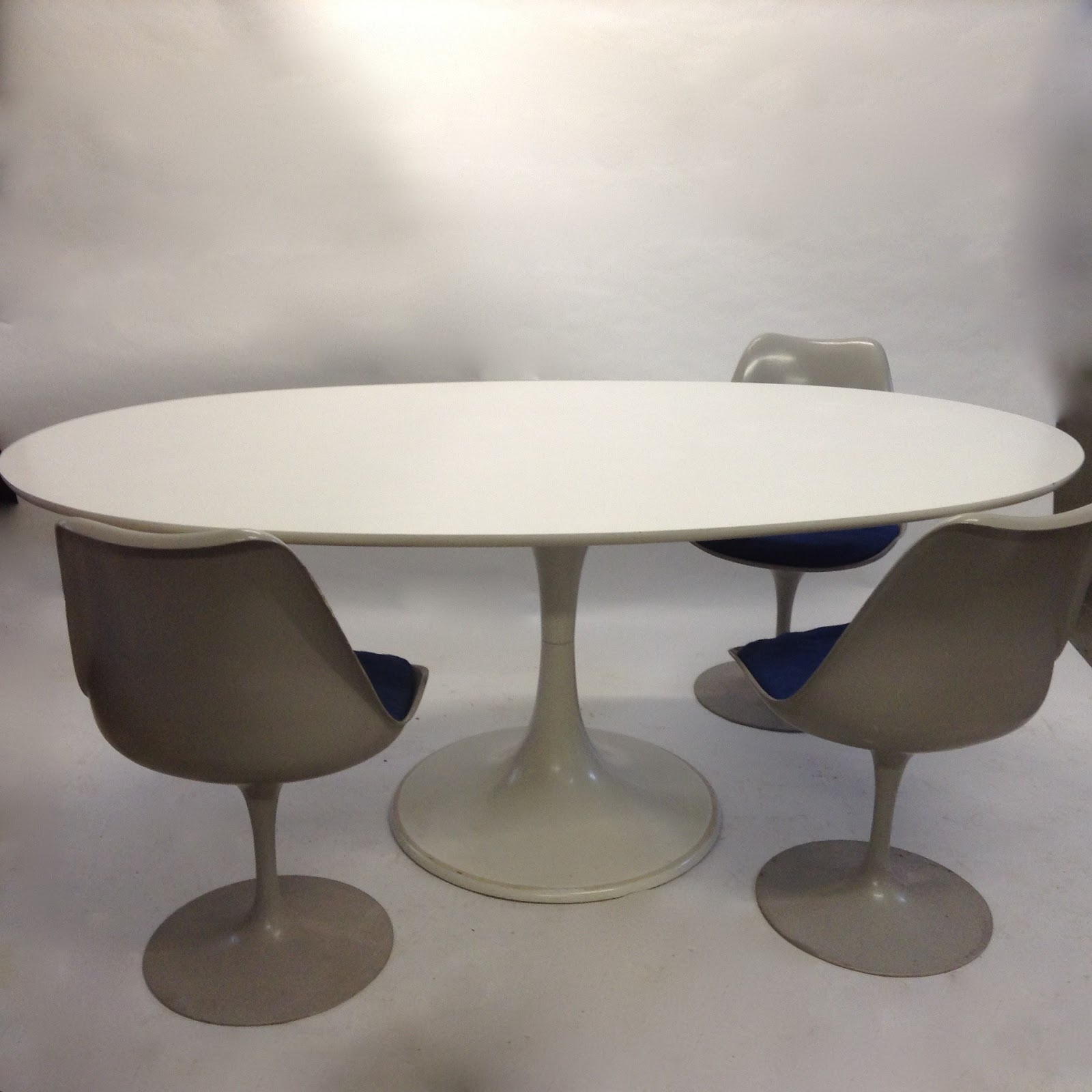 Table ovale pied tulipe - Table ovale pied central design ...