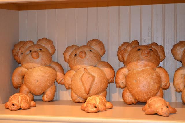 Pães sourdough em formatos variados.