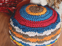 http://susimiu.es/tutorial-de-puff-de-trapillo-a-crochet-con-punto-concha/
