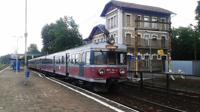 Wolbrom, stacja kolejowa. Pociąg Regio.