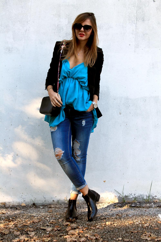 jeans skinny top azzurro e giacca nera