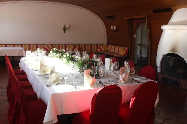Hochzeitstafel im Seehaus, Trachtenhochzeit in den Bergen, Dunkelrot und Creme, Rosen, Dirndl, Maihochzeit, Riessersee Hotel Garmisch-Partenkirchen, Bayern, Mountain wedding in Bavaria