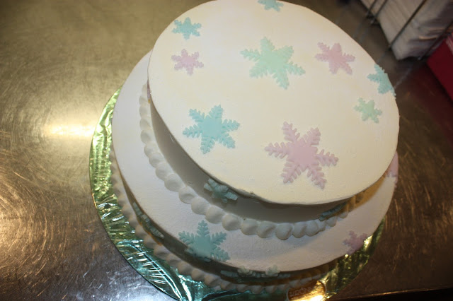 Hochzeitstorte mit Schneekristallen in Frost-Farben - winterhochzeit in Garmisch - Winter wedding frozen colours wedding cake with snowflakes