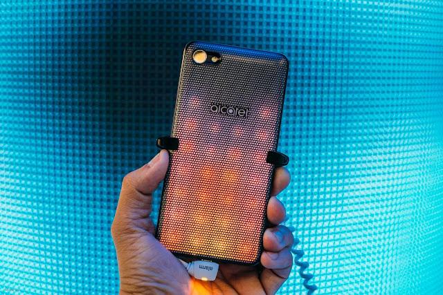 Alcatel A5 LED : Điện thoại đèn LED nhấp nháy đổi màu cho giới trẻ