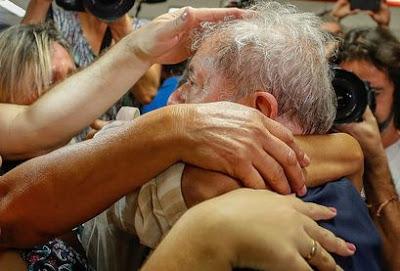Lula cogita não se entregar à PF, e defesa aguarda decisão do STJ