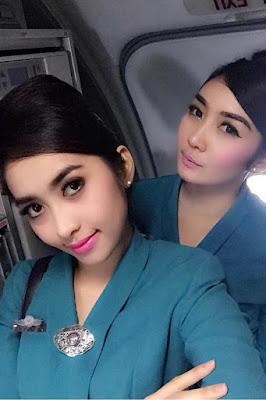 Pegawai BUMN cewek cantik manis selfie di cabin pesawat
