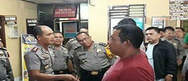 Polisi mengintrogasi tersangka yang membawa 13 kg sabu dan 20 ribu butir ekstasi di Labura.