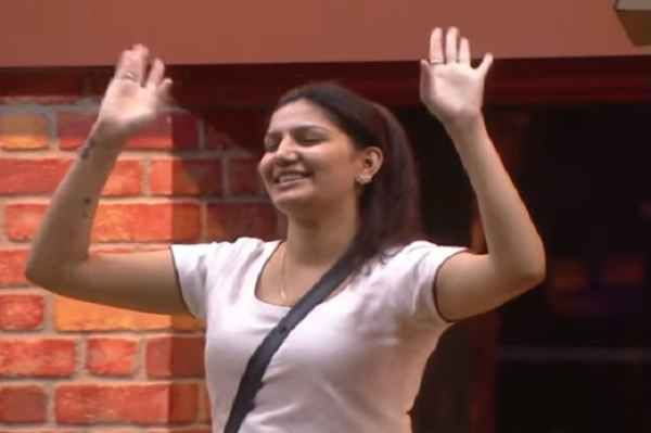 sapna-chaudhary-dance-viral-in-big-boss-11-in-open-park