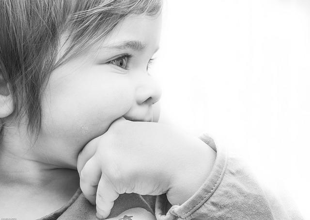 Kind beißt sich auch die Hand