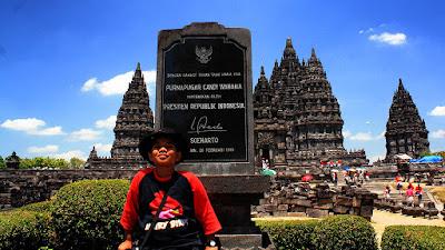 Foto di monumen pemugaran Candi Prambanan, Yogyakarta.