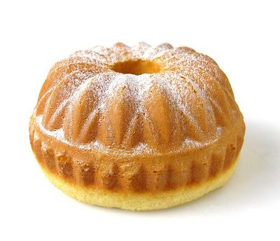 Linda imagem de um bolo simples de liquidificador que utiliza uma forma em forma de flor. Um carinho para sua família e muito gostoso,