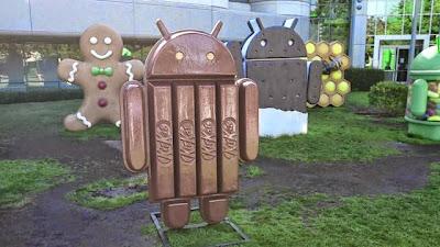 boneco android no lado de fora do google