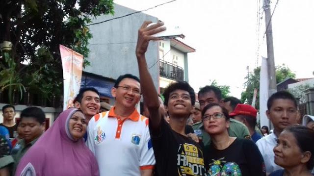 Di Kampung Betawi, Ahok Jadi Rebutan Foto Selfie dan Cium Tangan