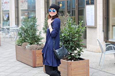 novamoda style, novamoda travels, berlin style, street style, sukienka, co nosic zima, moda zima, zimowe stylizacje, berlin style, blog po 40 ce, moda blog, blog o podróżach, granatowa sukienka z falbaną, modna sukienka, sukienka na zime, buty za kolano, oficerski styl,