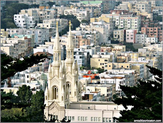 Vistas desde el Exterior de la Torre Coit de la Iglesia de San Pedro y San Pablo