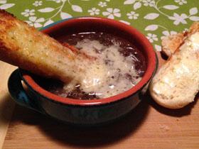 Prancūžiška karamelizuota raudonųjų svogūnų sriuba