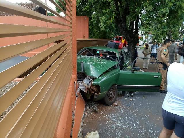 Motorista perde a direção e se choca contra muro em Jardim Alegre