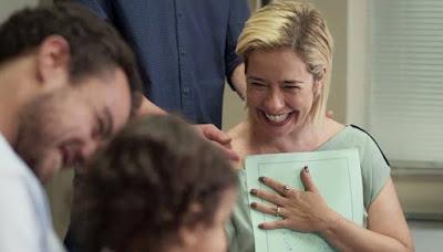 Lígia (Paloma Duarte) e Joaquim (Joaquim Lopes) assinam termo de guarda definitiva de Nina em 'Malhação - Toda Forma de Amar' — Foto: Globo