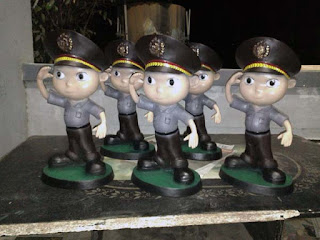patung karikatur polisi