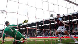 Lowton faz o corte, mas bola de Agüero passa a linha do gol por cerca de três centímetros (Foto: Reuters)
