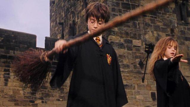 Хари хваща летяща метла за пръв път в Хари Потър и философският камък