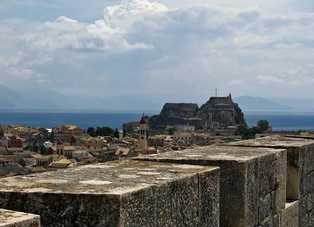 View of the old fortress of the New Fortress. Kerkira. Corfu. Вид на Старую крепость из Новой крепости. Керкира. Корфу.