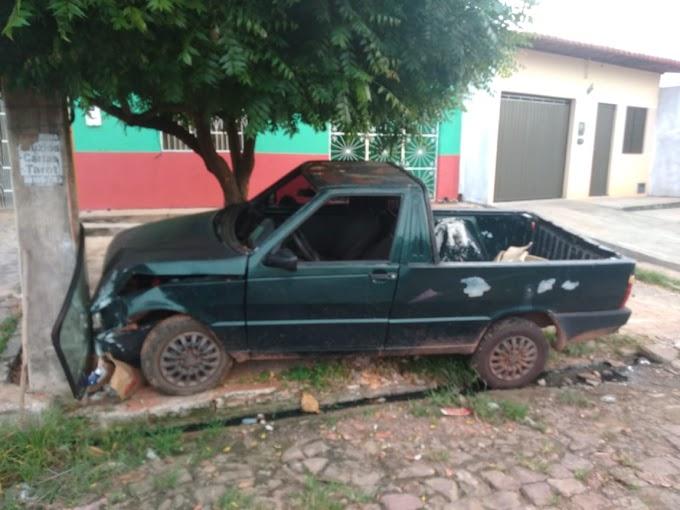 CAXIAS - Tentativa de roubo a automóvel é frustrada ao baterem em poste e quase são linchados por populares