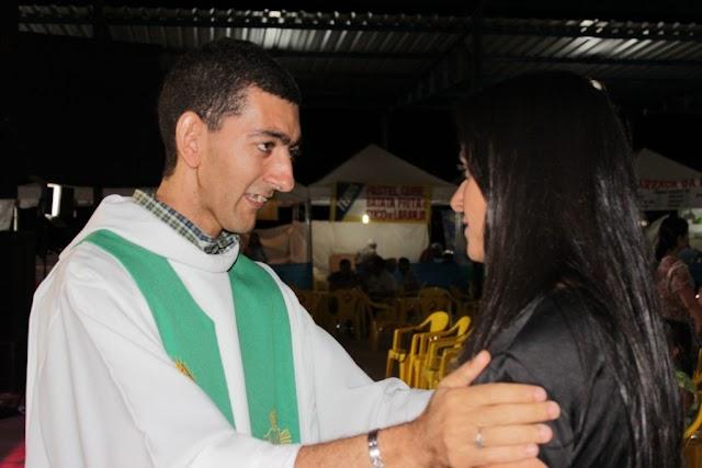 Padre causa polêmica entre os católicos após falar verdade bíblica em casamento